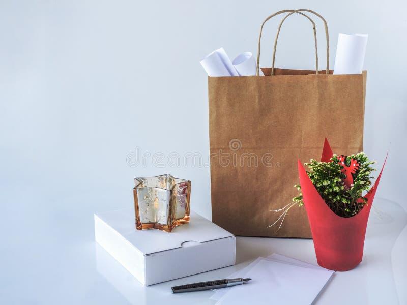 Sac de paquet de Brown, papier d'emballage vide et boîtier blanc à côté de p photos libres de droits