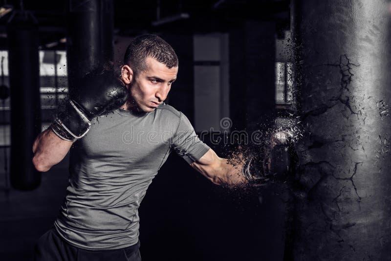 Sac de sable à poinçon de boxeur éclatant dans le gymnase photo libre de droits