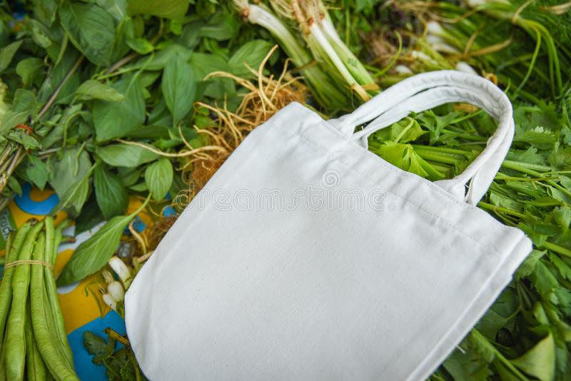 Sac de tissu de coton d'Eco sur les légumes frais les achats en plastique libres du marché/utilisation nulle de déchets moins en  images libres de droits