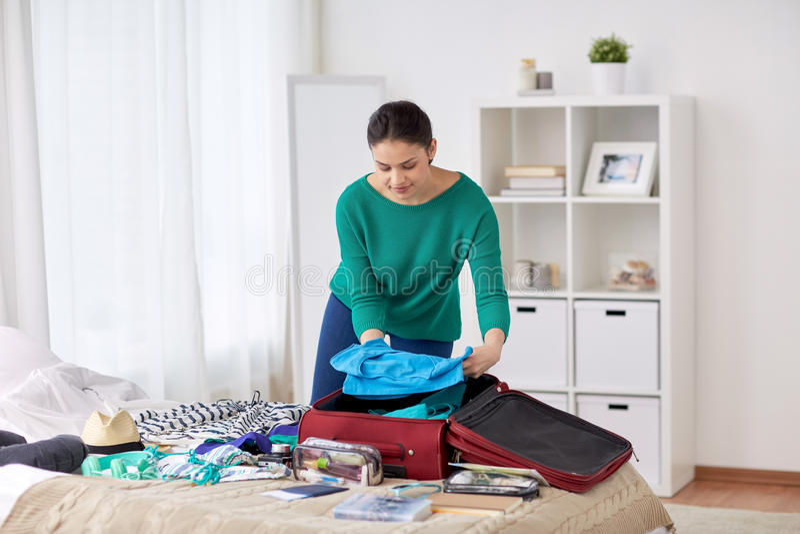 Sac de voyage d'emballage de femme à la maison ou chambre d'hôtel images stock