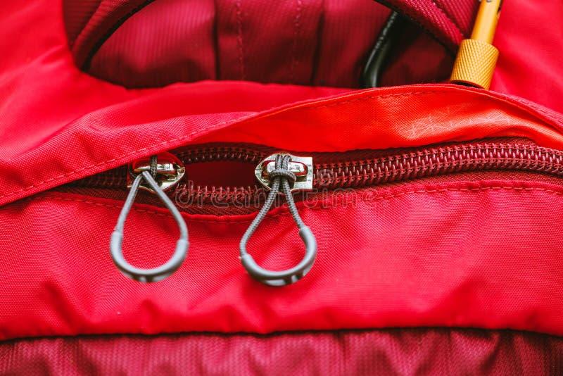 Sac de voyage Serrure de fermeture éclair sur le sac à dos rouge photo stock