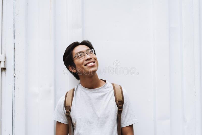 Sac ? dos de transport de sourire de jeune ?tudiant asiatique d'homme photographie stock libre de droits