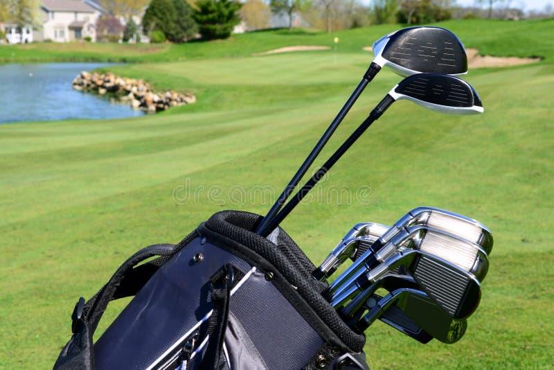 Sac et clubs de golf sur un terrain de golf photos stock
