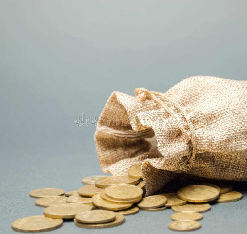 Sac et pi?ces de monnaie d'argent tombant de lui Concept de l'?pargne et de l'?conomie deposit Contr?le des co?ts B?n?fice et liq photo libre de droits
