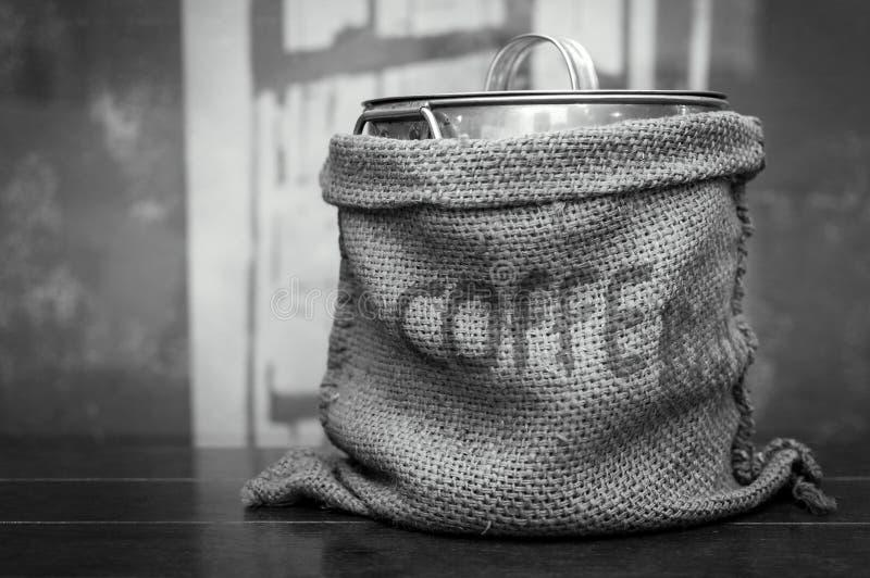 Sac noir et blanc à café de couleur de ton sur la table en bois images stock