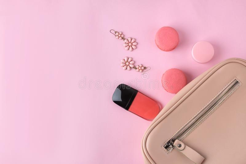 Sac rose à la mode élégant et cosmétiques et accessoires des femmes sur un fond rose à la mode lumineux concept accessoire femell photographie stock