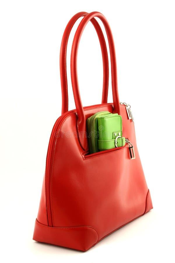 Sac rouge avec la pochette verte photographie stock libre de droits