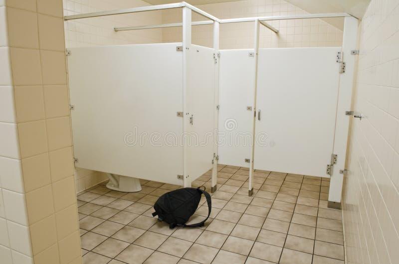 Sac soupçonneux dans la salle de bains publique photos libres de droits
