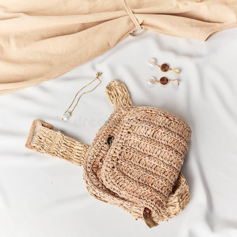 Sac tricot? earings, braslet, couleurs en pastel dans des vêtements et accessoires images stock