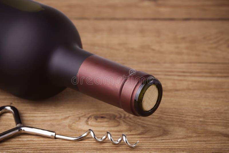 Sacacorchos y botella de vino imagenes de archivo