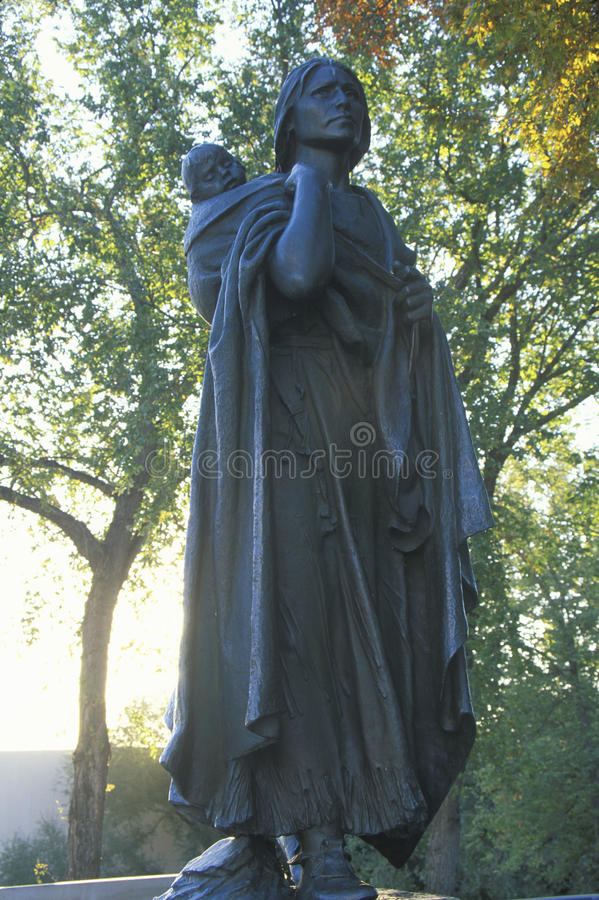 Sacagawea和她的儿子雕象  免版税库存照片