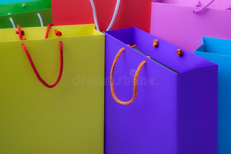 Sacchetti della spesa di carta Colourful con lo spazio della copia fotografia stock libera da diritti