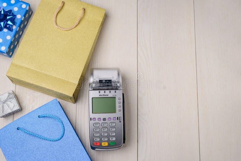 Sacchetti della spesa e terminale di pagamento immagine stock libera da diritti