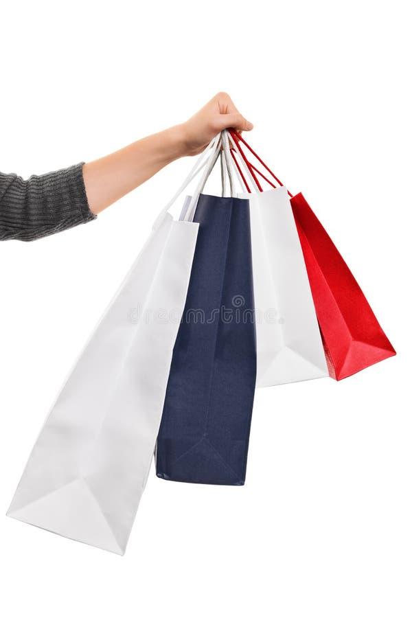 Sacchetti della spesa femminili della tenuta della mano isolati su fondo bianco fotografia stock libera da diritti
