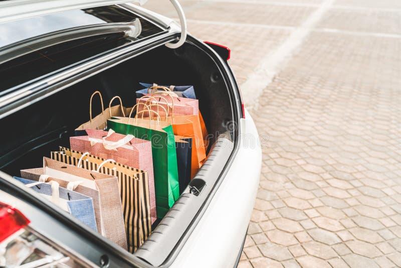 Sacchetti della spesa in tronco o berlina di automobile, con lo spazio della copia Stile di vita moderno di acquisto, gente ricca immagine stock libera da diritti