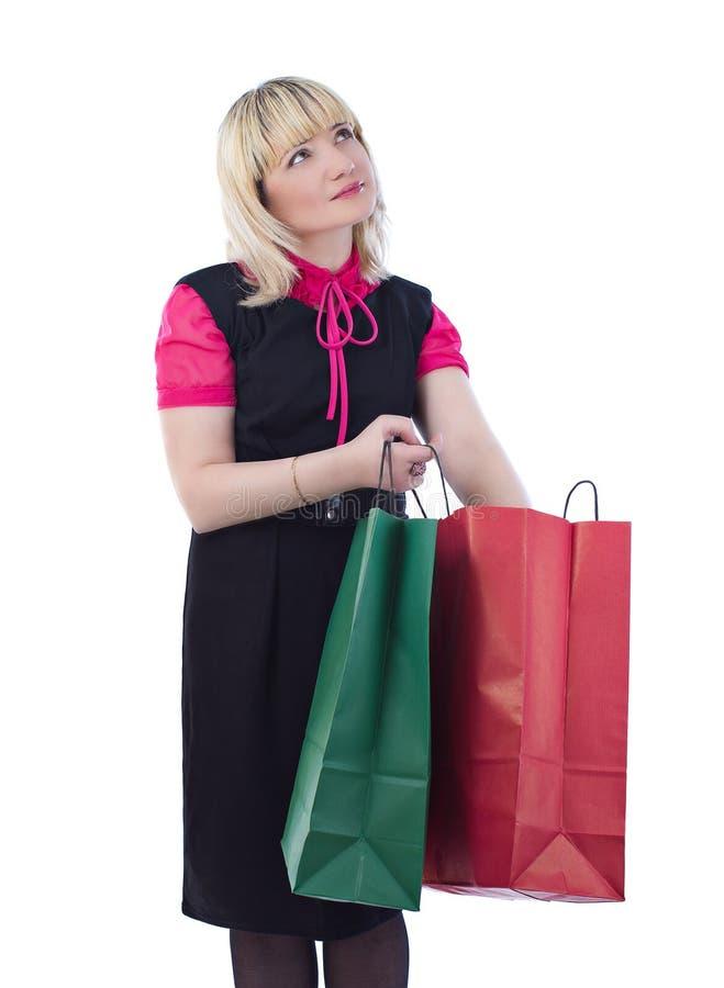 Sacchetti di acquisto alla moda della holding della donna del ritratto fotografie stock libere da diritti