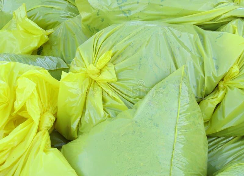 Sacchetti di rifiuti gialli del prato inglese in pieno immagini stock