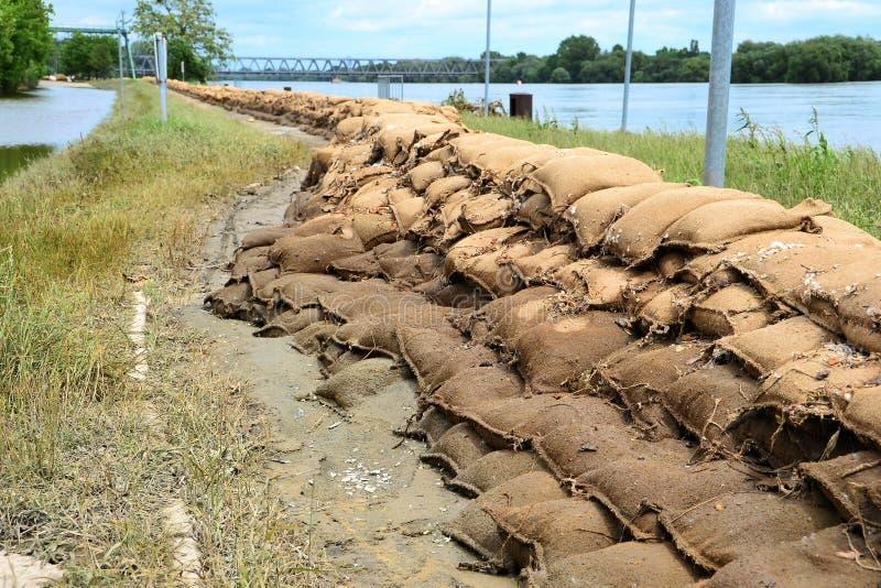 Sacchetti di sabbia dopo l'inondazione fotografie stock