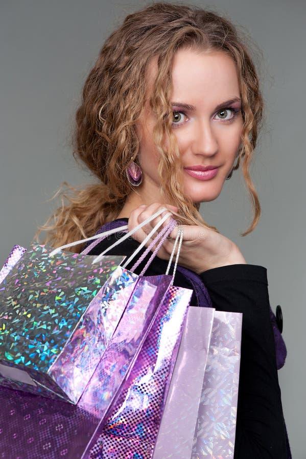 Sacchetti graziosi della holding della donna fotografie stock