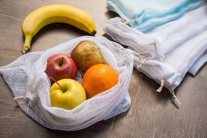 Sacchetto della spesa dei prodotti del tessuto riciclato spreco zero immagini stock libere da diritti