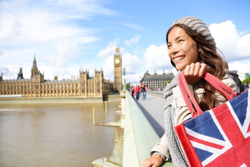 Sacchetto della spesa della tenuta della donna di Londra vicino a Big Ben immagine stock