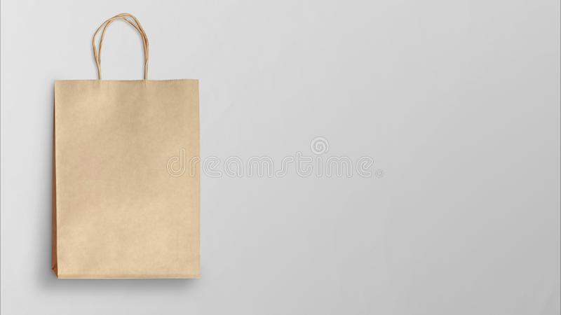 Sacchetto della spesa di carta su fondo grigio immagini stock libere da diritti