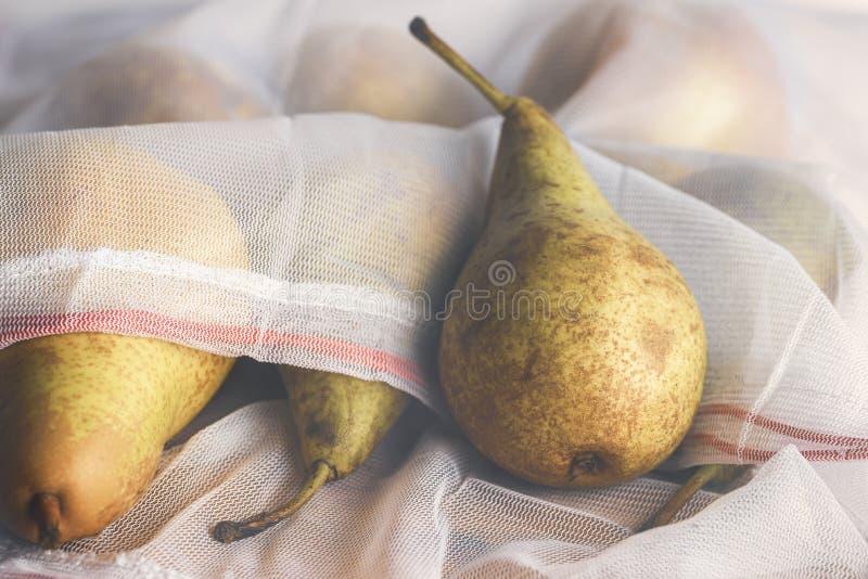Sacchetto della spesa ecologico con la frutta fresca fotografia stock