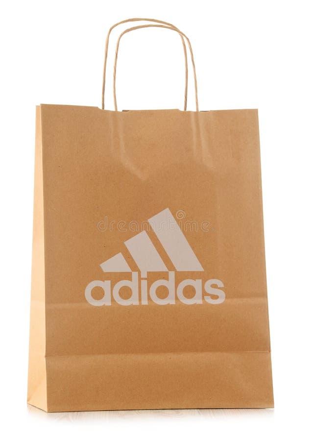 Sacchetto della spesa originale della carta di Adidas isolato su bianco fotografie stock