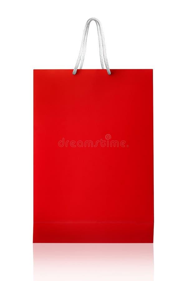 Sacchetto della spesa rosso, isolato con il percorso di ritaglio su backgroun bianco immagine stock