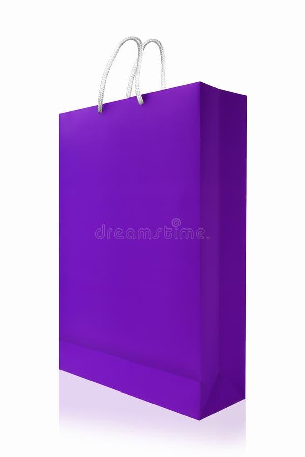 Sacchetto della spesa viola, isolato con il percorso di ritaglio su backgr bianco fotografie stock