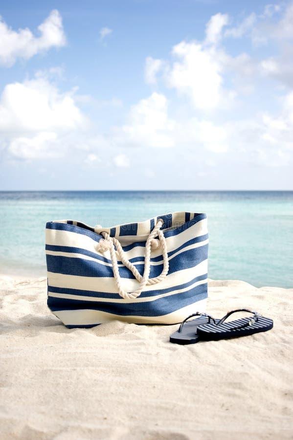 Sacchetto della spiaggia sulla spiaggia immagini stock