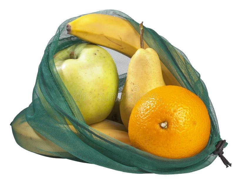 Sacchetto di maglia riutilizzabile per acquisti di generi alimentari riempito di frutta fresca proveniente dal mercato, su fondo  fotografie stock