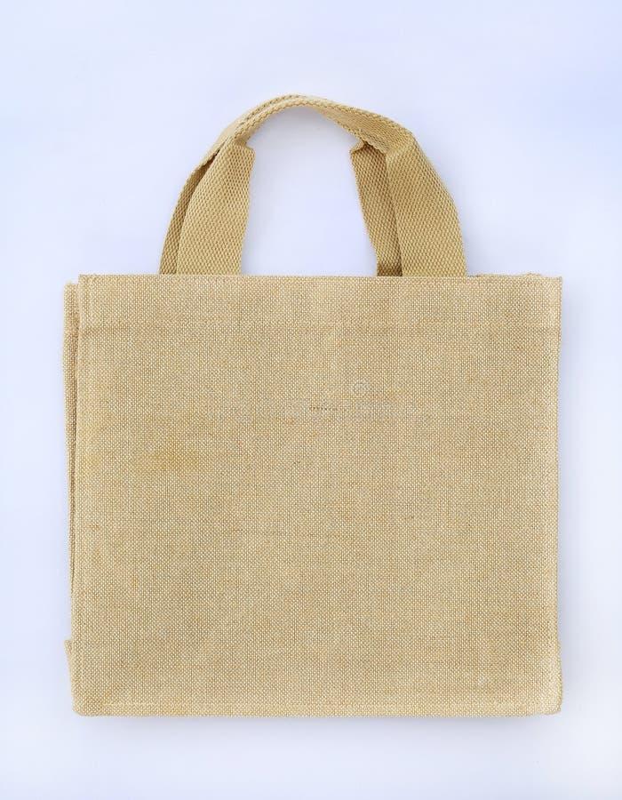 Sacchetto di spesa fatto di sacco Hessian riciclato su fondo bianco fotografia stock