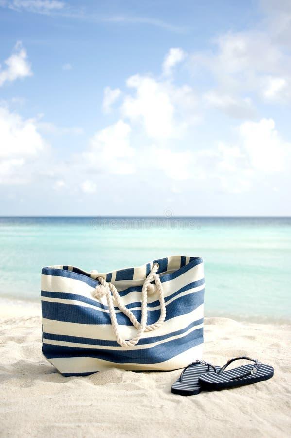 Sacchetto sulla spiaggia immagine stock