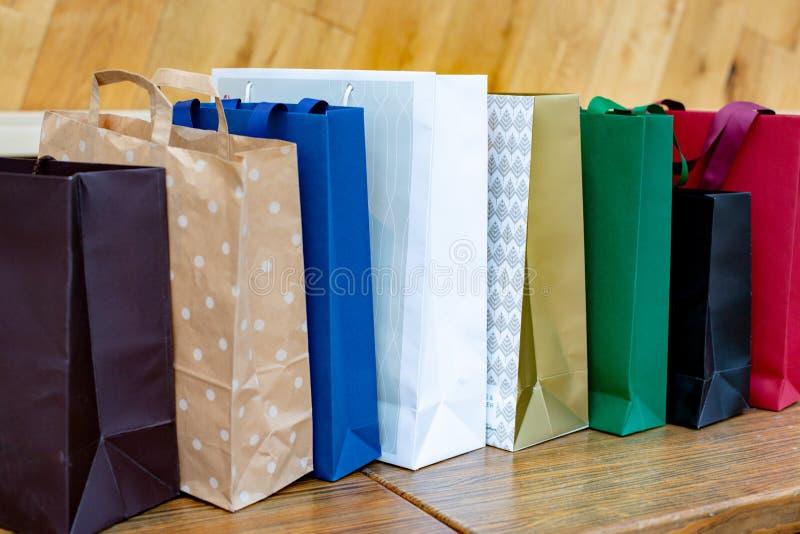 Sacchi di carta per acquisto Concetto di vendita su fondo di legno immagine stock