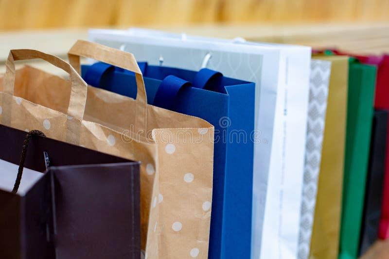 Sacchi di carta per acquisto Concetto di vendita su fondo di legno fotografia stock libera da diritti