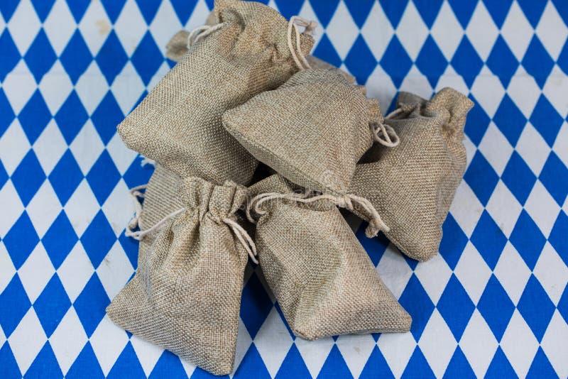 Sacchi su fondo blu bianco, rombi bavaresi, Monaco di Baviera dei soldi fotografie stock