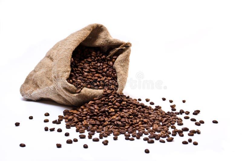 Sacco dei chicchi di caffè con i fagioli sparsi fotografia stock