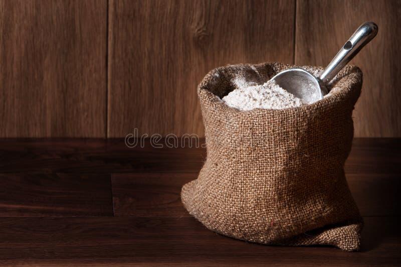 Sacco della farina con la paletta immagine stock