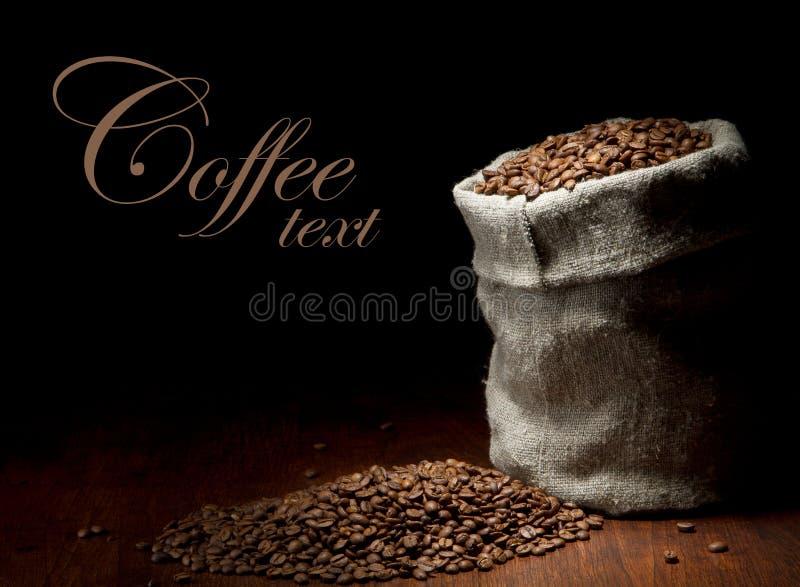Sacco della tela da imballaggio dei chicchi di caffè fotografia stock libera da diritti