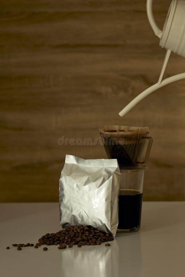 Sacco di carta della tazza di Coffe e del modello su di legno immagine stock