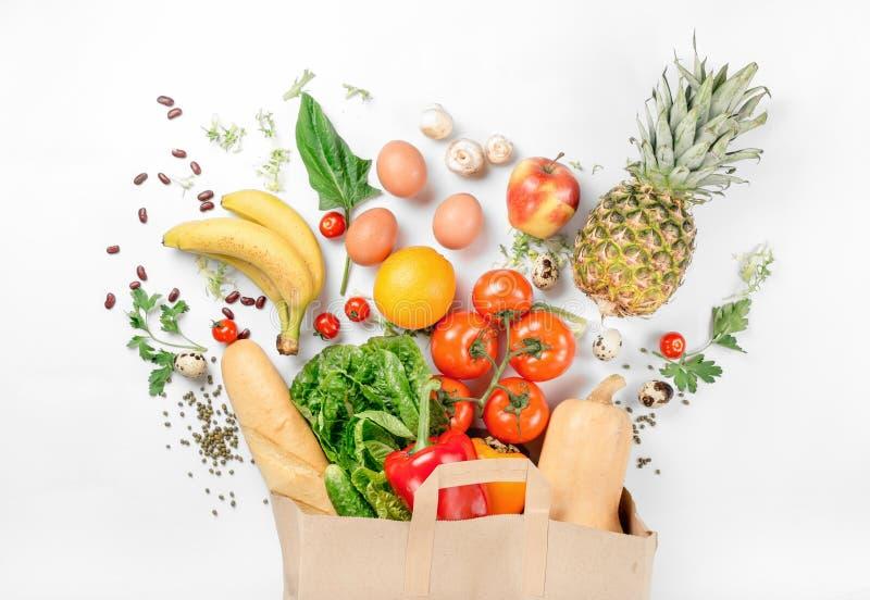Sacco di carta di alimento salutare differente su un fondo bianco immagini stock libere da diritti