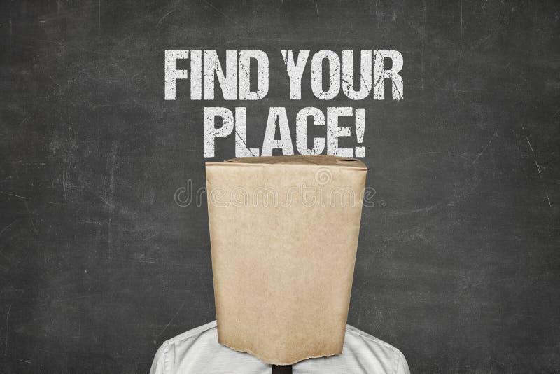 Sacco di carta di Covering Face With dell'uomo d'affari nell'ambito di testo sulla lavagna fotografia stock