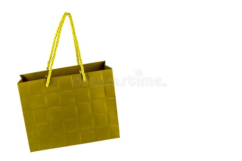 Sacco di carta dorato d'attaccatura con le maniglie della corda su bianco fotografie stock libere da diritti