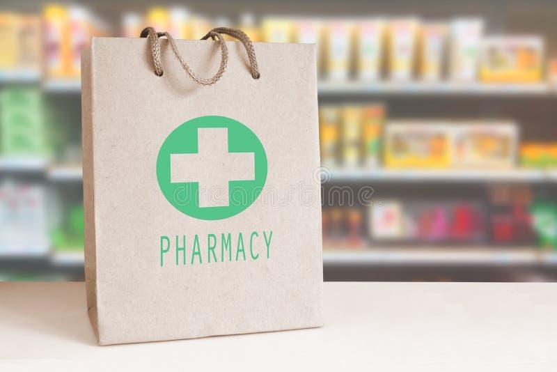 Sacco di carta riciclato con un logo verde della farmacia in una farmacia spazio vuoto della copia fotografia stock libera da diritti