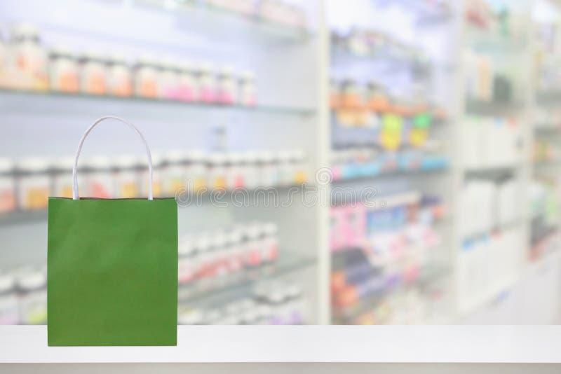 Sacco di carta sulla tavola del contatore della farmacia della farmacia con medicina fotografia stock libera da diritti