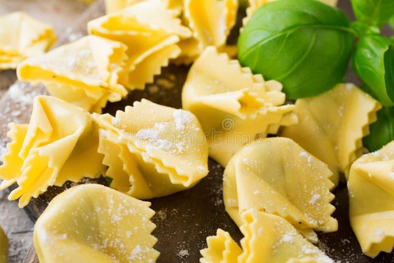 Saccottini italiano cru caseiro com pesto verde foto de stock
