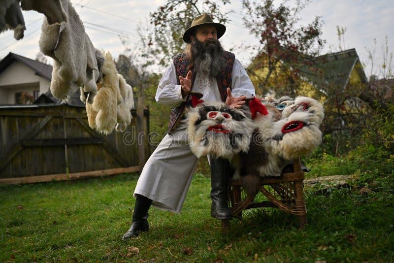 Sacel Maramures, Rumänien, Oktober 20, 2018: Mannen som som gör maskeringar som visar hans arbete royaltyfria bilder