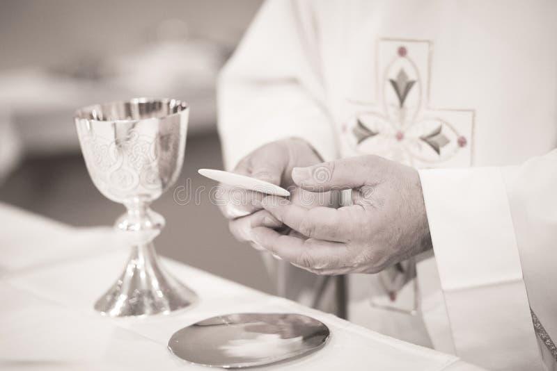 Sacerdote católico en ceremonia de boda de la boda de la iglesia imagenes de archivo