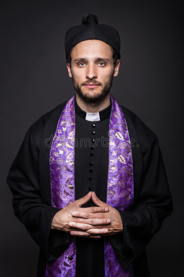 Sacerdote católico humilde foto de stock royalty free